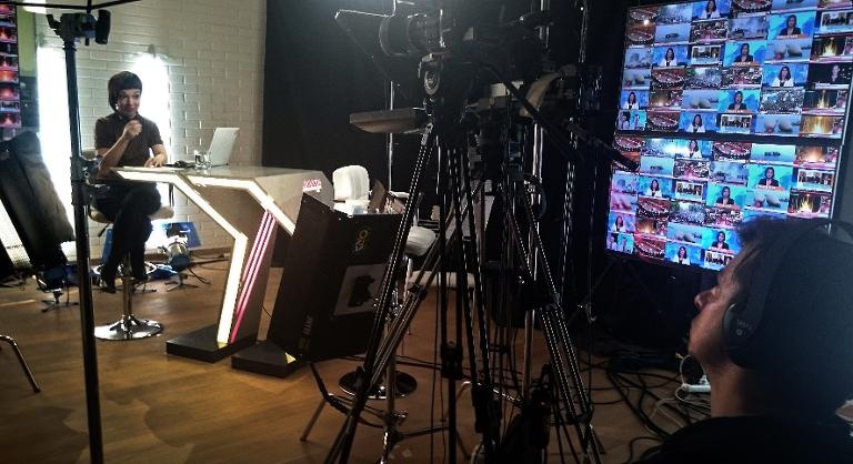 wpid-a-news-presenter-and-a-cameraman-work-at-the-studio-of-russias-only-independent-tv-channel-dozhd-in-a-living-room-in-moscow-on-december-17-2014.jpg